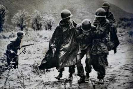 emil_kapaun_helping_soldier