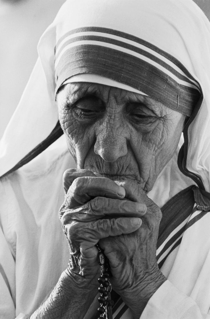 7/01/1988-Tijuana,Mexico - Mother Teresa, 77, praying during dedication ceremonies at her 400th world wide mission to care for the poor.