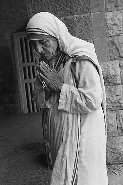 Mother Teresa, immersed in prayer