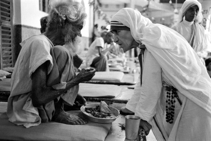 Mother Teresa feeding the poor
