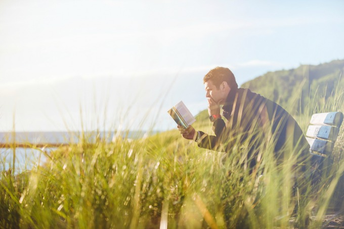 Reading instead of scrolling through your phone: important for mindfulness.